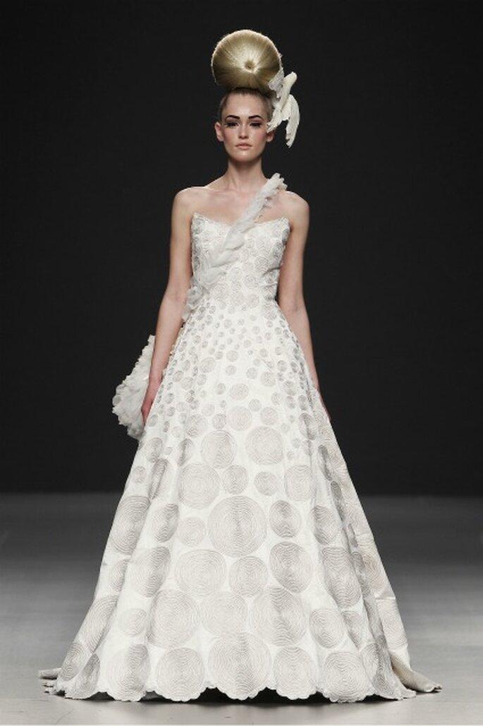 Vestido de novia palabra de honor e ilustraciones circulares en las propuestas de Jorge Terra 2012 - Ugo Camera / Ifema