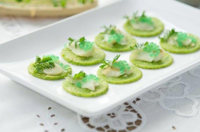 Blinis e caviar de ervas com laminas de bacalhau. Saint Morit's Buffet & Eventos - Fotos: Júlia Ribeiro