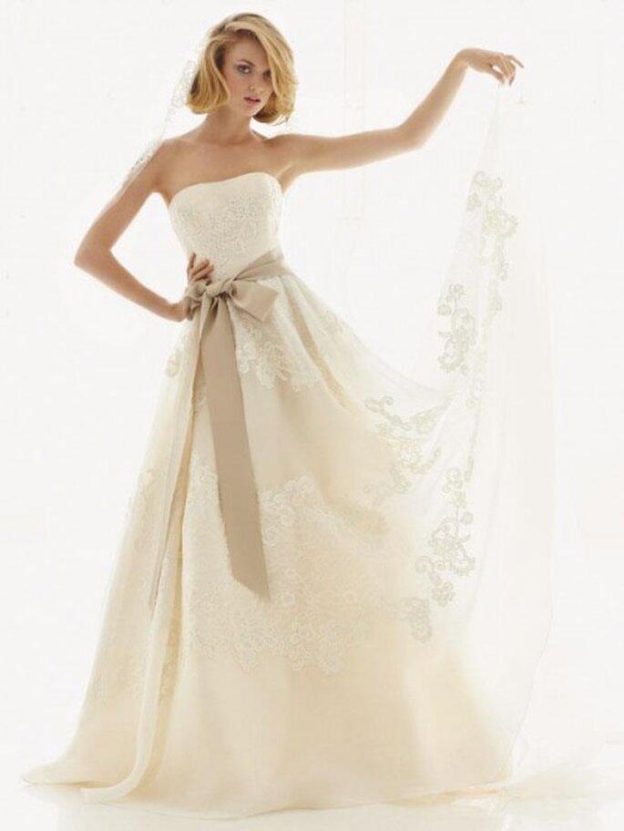 Vestido de novia corte princesa con detalles de encaje en la falda - Foto David's Bridal