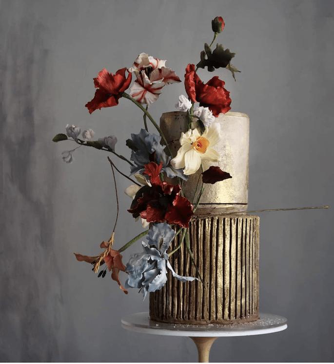 Hochzeitstorte elegant und exklusiv in Gold mit Echtblumen