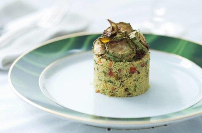 Cuscuz marroquino com legumes, frutos secos e chips de abobrinha. Saint Morit's Buffet & Eventos - Foto: Henrique Peron Fotografia