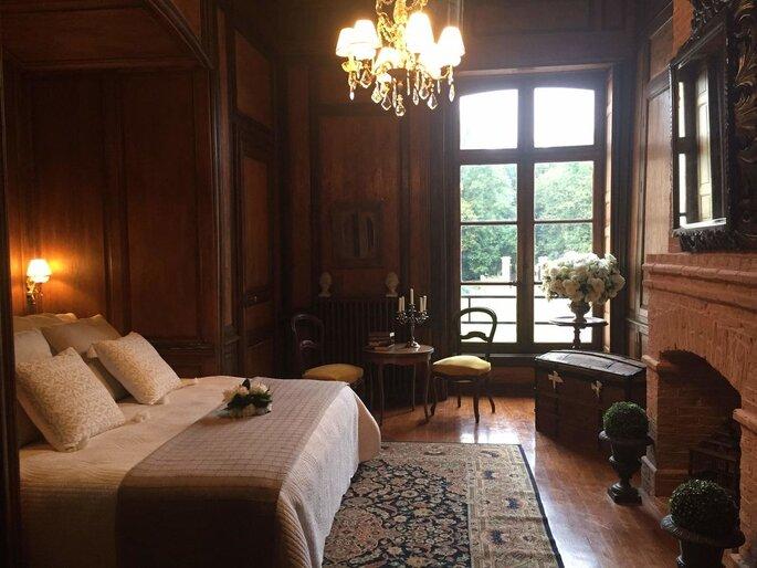 L'une des chambres du château où l'on peut voir une décoration très chic et élégante
