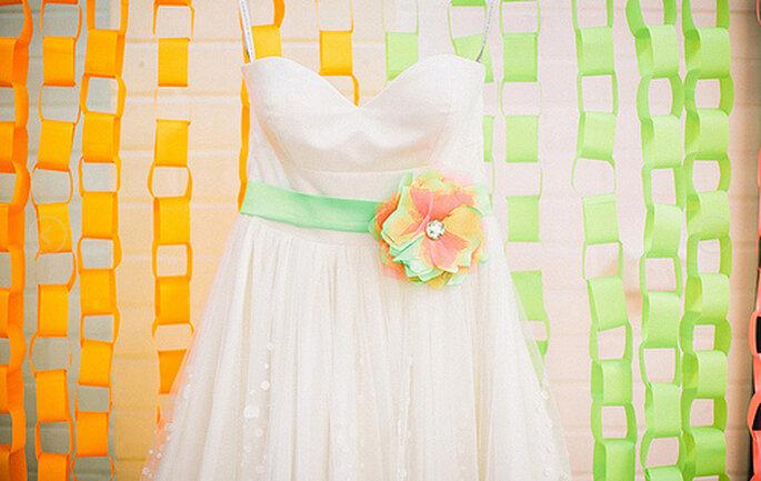 Vestido de novia estraples con cinturón de colores vibrantes. Foto: