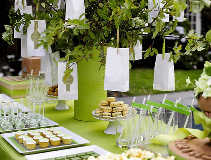 Decoración de mesa de postres en tonos verde y blanco para una boda al aire libre - Foto Amy Atlas