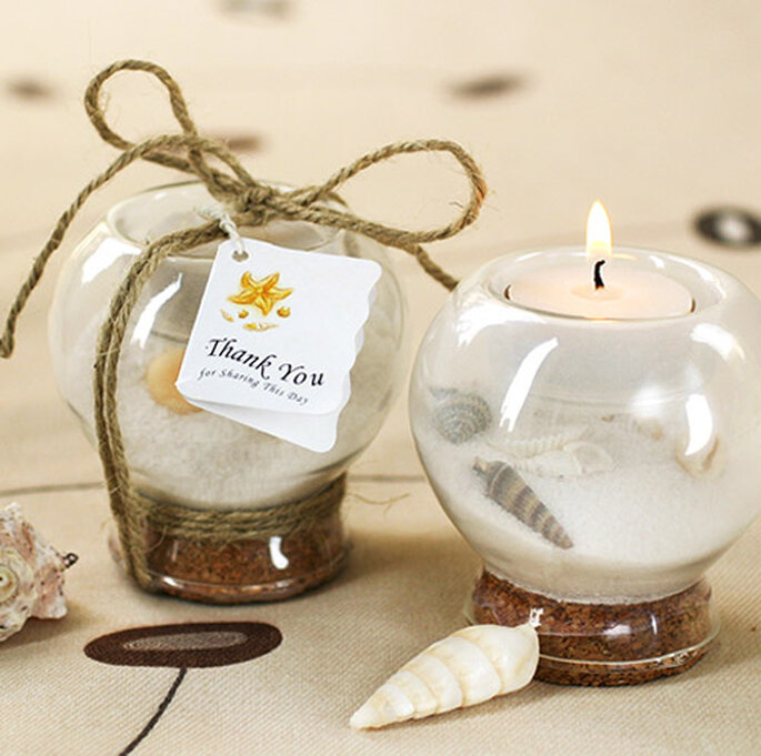 Las velas en envases personalizados son también encadores recuerdos de boda. Foto: www.weddingdepotonline.com