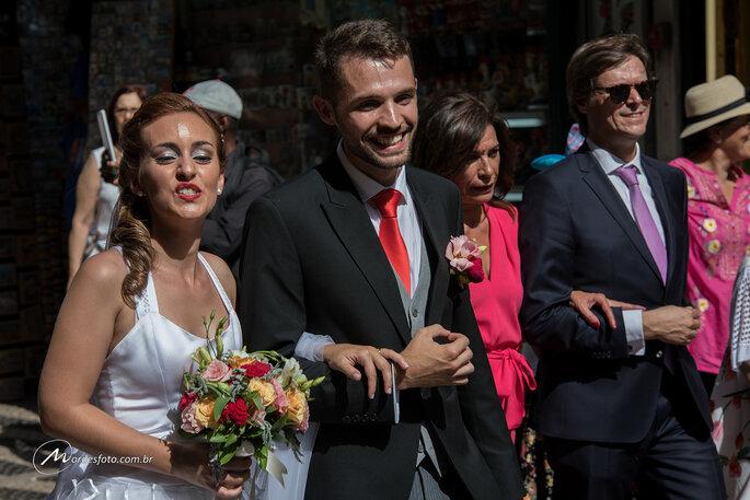 Casais e convidados em casamento coletivo