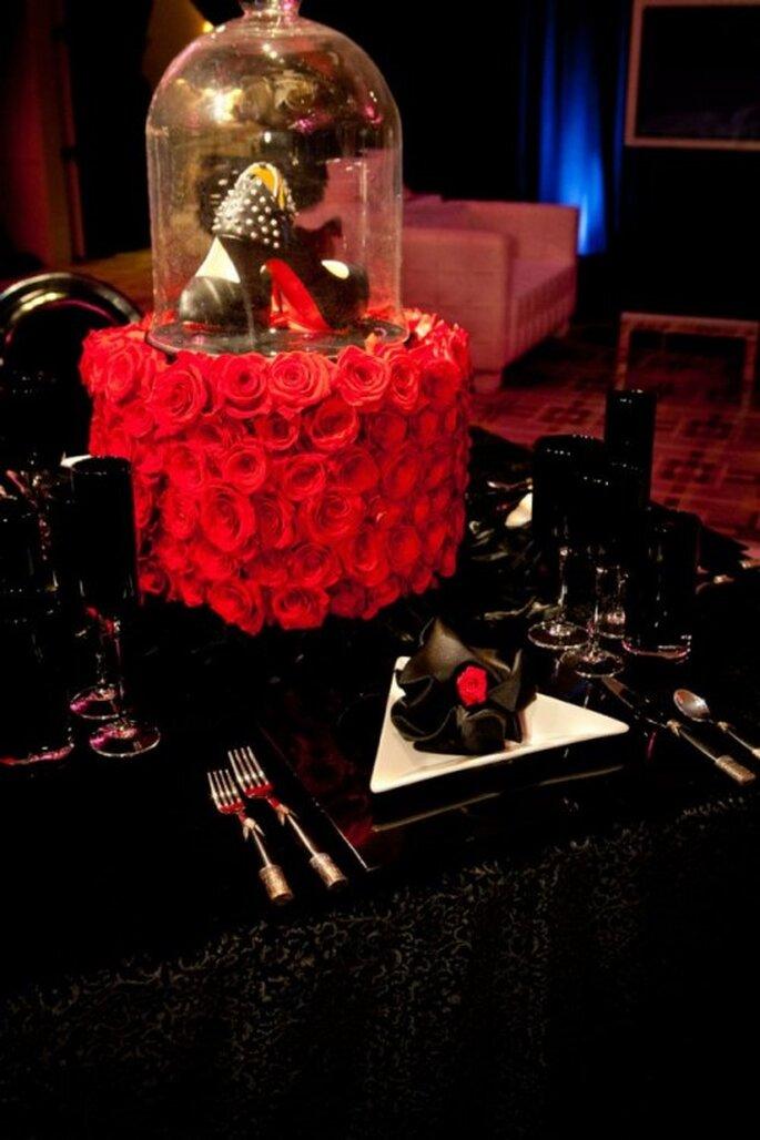 Mesa de una boda decorada en negro y rojo inspirada en Fergie - Foto: Floramor Studios Facebook