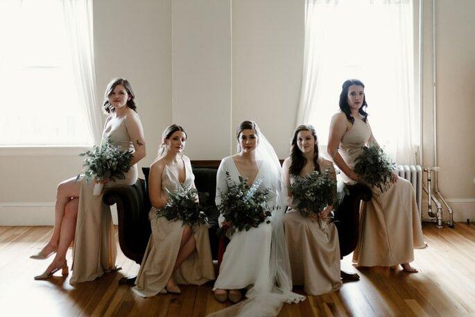 damas de honor con el mismo vestido y el mismo bouquet floral