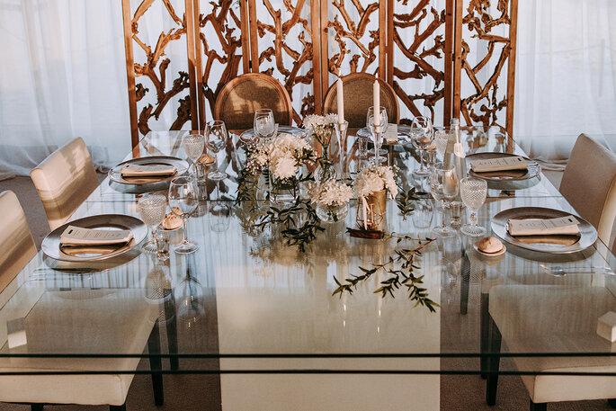 mesa de casamento transparente com tons cobre e castanhos e rosa pálido