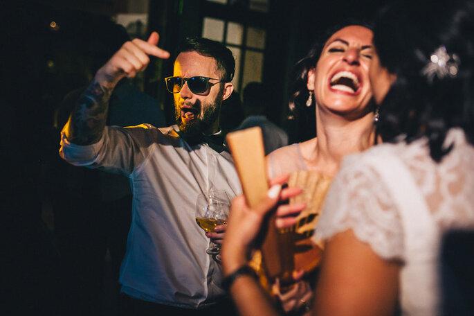 convidados de casamento a dançar rir com noiva