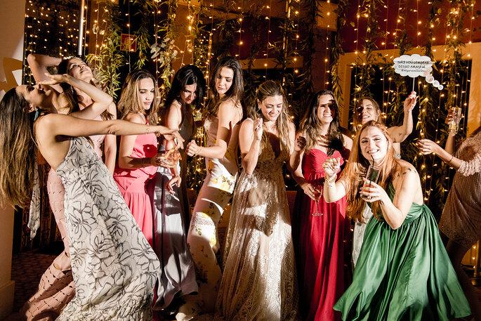 amigas a dançar em casamento