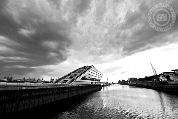 Schräge Architektur an der Elbe. - Foto: Nicole Bartels.