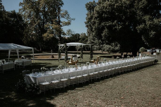 Banquet en extérieur, grande table longue, réception de mariage conviviale