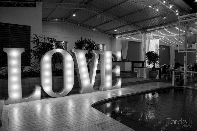 Letreiro Love no casamento