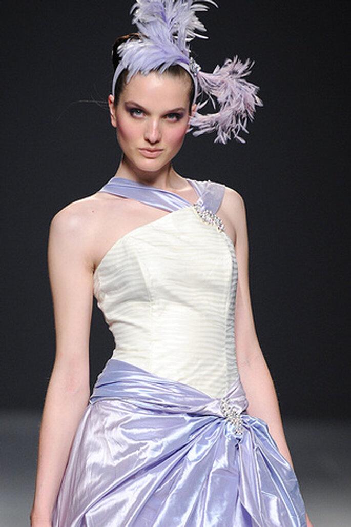 Vestido de novia en color blanco combinado con lazos de color lila de Ruben Perlotti 2012 - Tomy Pelluz - Vogue
