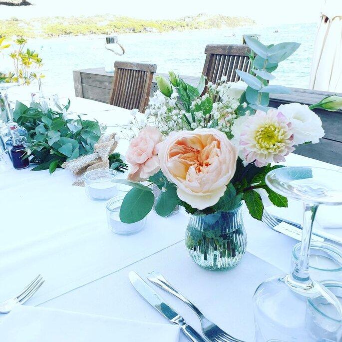 Fleurs couleurs pastels pour centres de tables d'un lieu de réception.
