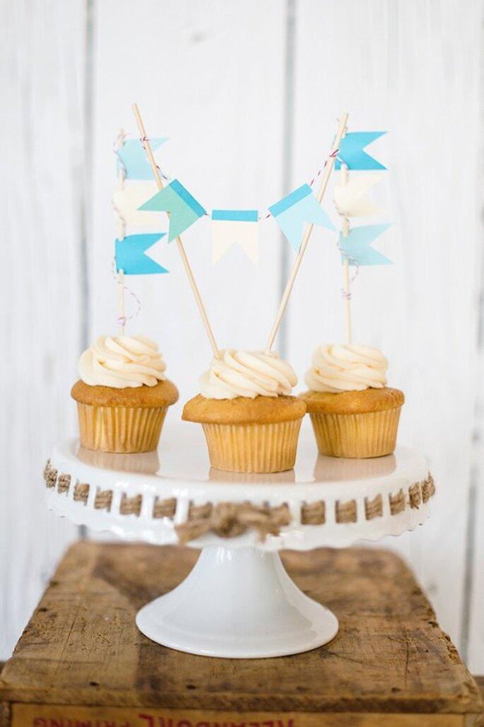 crea distintos acomodos con los cupcakes - Natalie Franke Photography