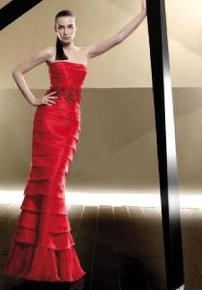 Pepe Botella 2009 - Vestido largo rojo tubo, de escote recto, de líneas horizontales