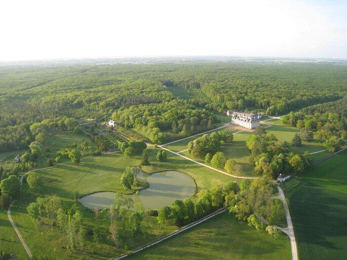 Vue aérienne du Château de Beauregard entouré par une nature abondante en plein coeur de la campagne du Loir-et-Cher.