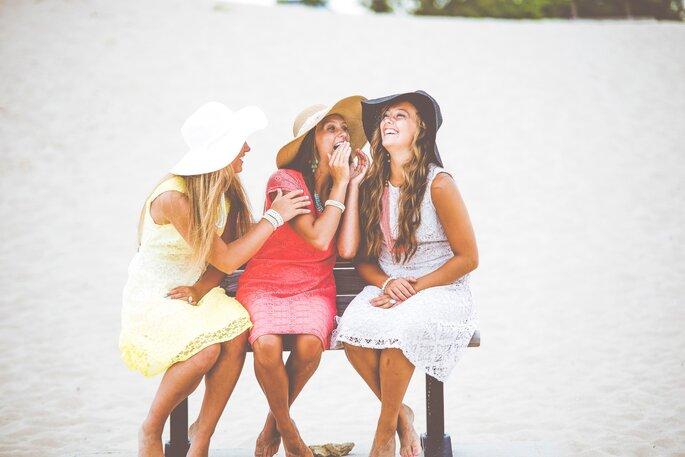 Junggesellinnenabschied lachende Frauen am Strand
