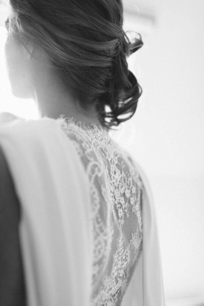 Diese Frisur passt ideal bei Vintage-Brautkleidern oder romantischen Brautkleidern mit viel Spitze – Foto: 2Rings Trouwfoto