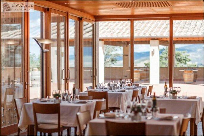 Une salle de restaurant élégante et baignée de lumière, idéale pour un mariage