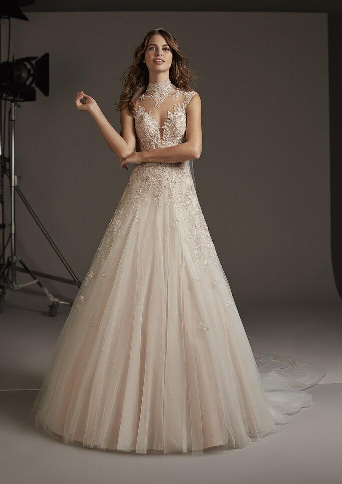 Vestido de novia cuello cisne con escote ilusión y falda voluminosa