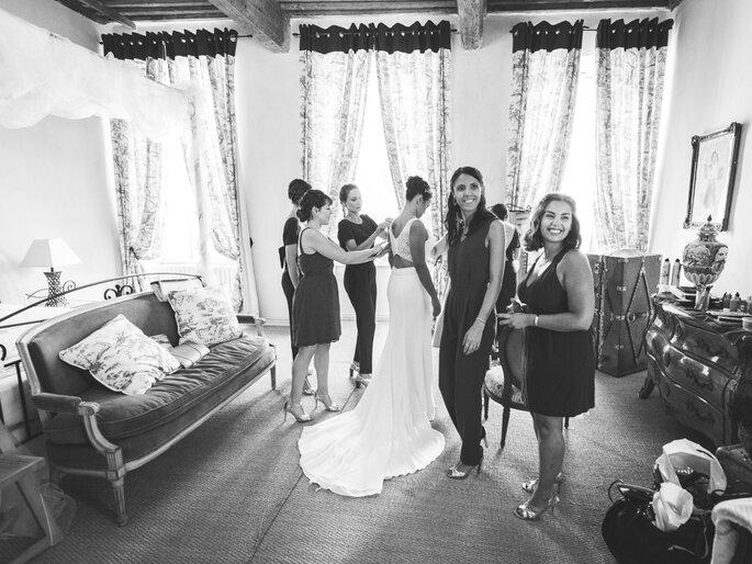 La mariée se prépare, aidée par ses amies proches