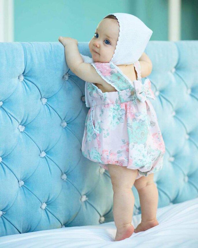 bebé com fofo estampado e touca na cabeça olhos azuis