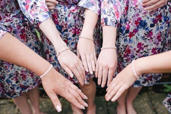 Hände mit Schmuck zusammen in die Mitte