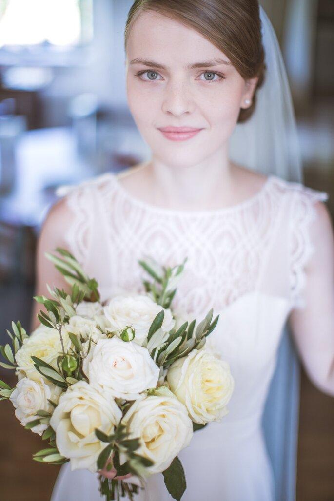 Une mariée pose avec son bouquet - Photographie portrait