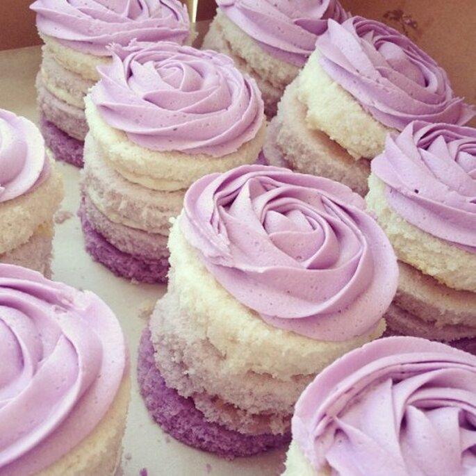 Hochzeitstörtchen als Finger Food sind eine nette Alternative zur Hochzeitstorte – Foto: Meringue Bake Shop