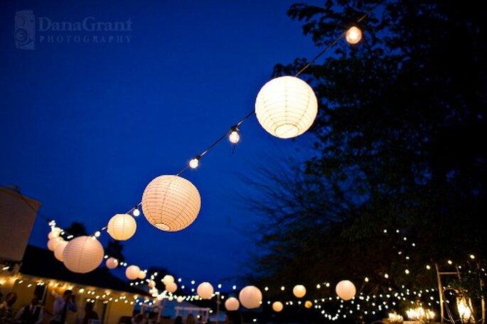 Réception de mariage en plein air : ambiane féerique garantie - Photo : DanaGrant photography