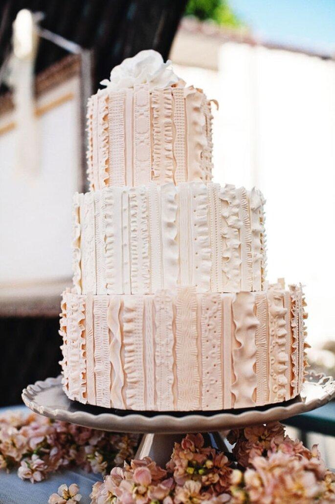 Pastel de boda blanco, redondo a 3 niveles, decorado con lineas verticales asimetricas