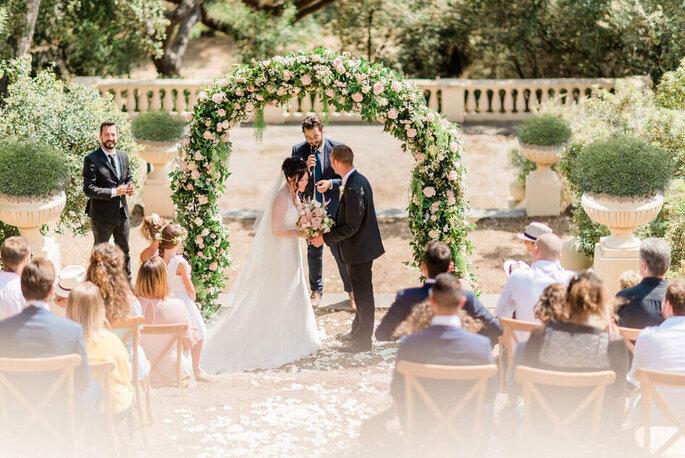 Une cérémonie laïque se déroule dans des jardins