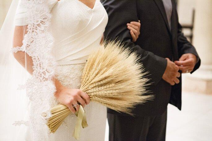 Noiva com buquê de trigo