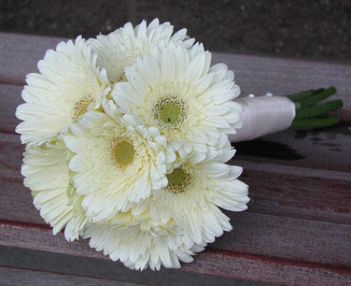 35. Букет невесты из гербер.  Скромно, но со вкусом.  Зеленовато-белая.