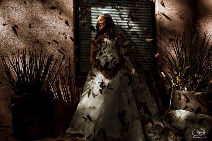 """Novia cubierta de ojas en una sesion """"trash the dress"""" - Foto Arturo Ayala"""