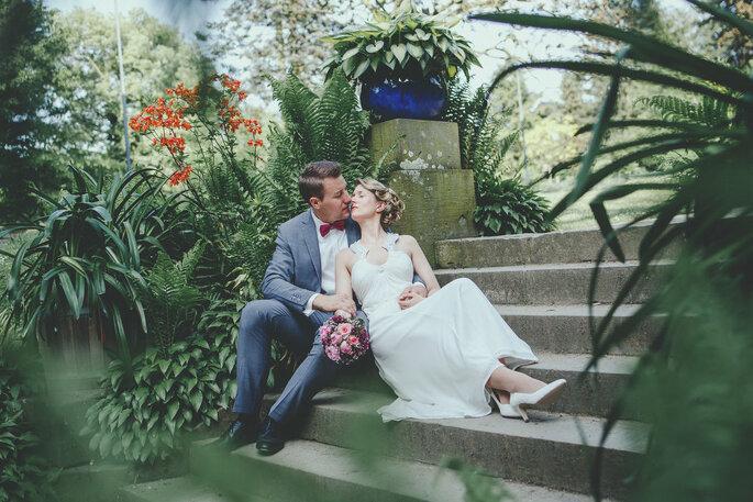 romantischer Moment Brautpaar auf Treppe