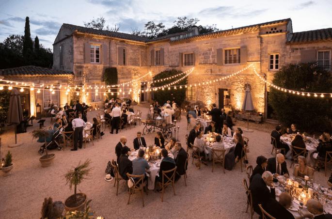 Mas des Comtes de Provence - un dîner en extérieur éclairés par les lumières qui subliment la bâtisse