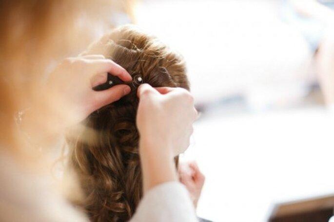 Brautfrisuren mit Haarteilen sollten ausschließlich vom Profi gesteckt werden – Foto: 2Rings Trouwfoto