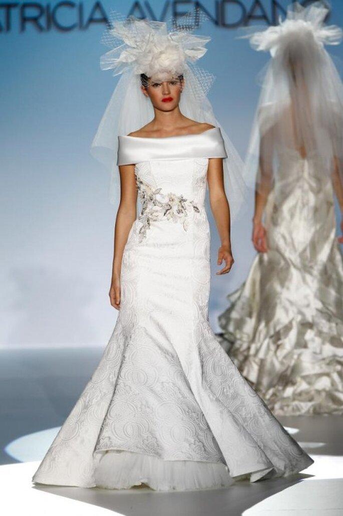 Vestido de novia elegante con corte sirena, relieve floral y cuello extendido - Foto Patricia Avendaño