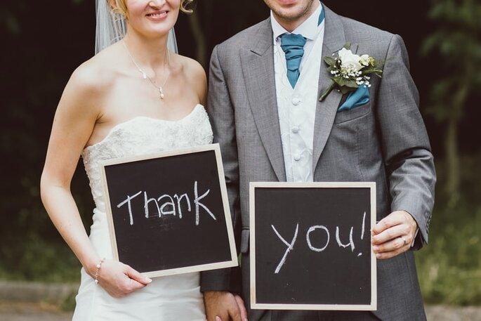 letreros para boda de pizarra y gis, novios felices dando las gracias