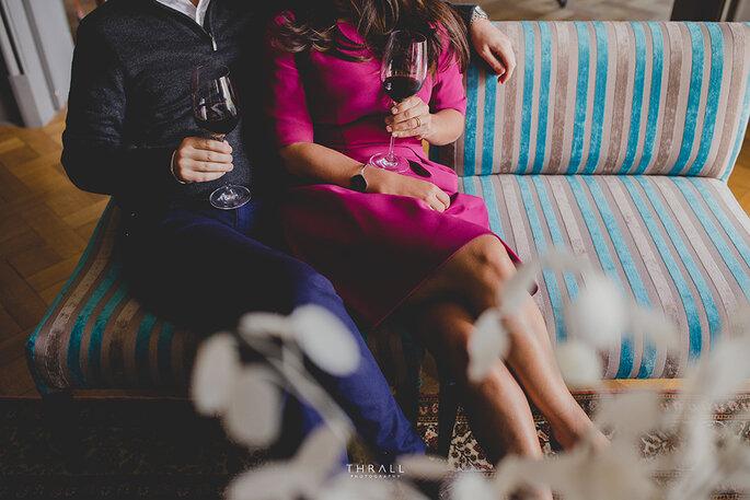 Casal feliz com taças de vinho na mão