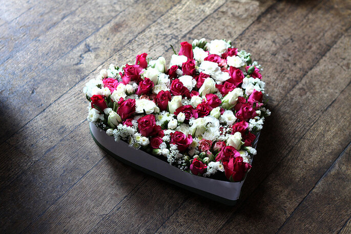 Flores en molde de corazón para adornos en mesas. Foto: Rob Wright