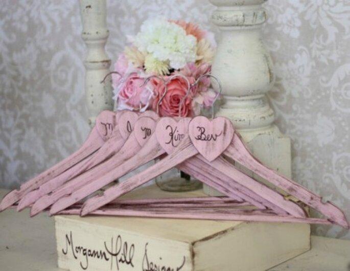 Un joli cintre personnalis pour votre robe de mari e - Perchas madera bebe ...
