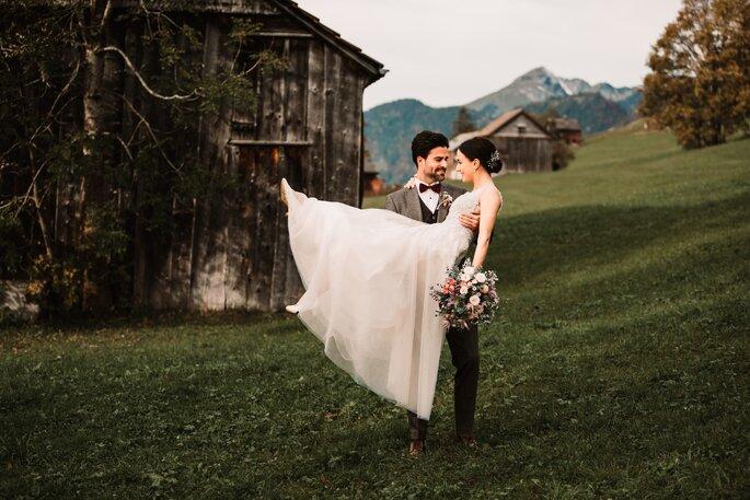 braut auf arm des bräutigams