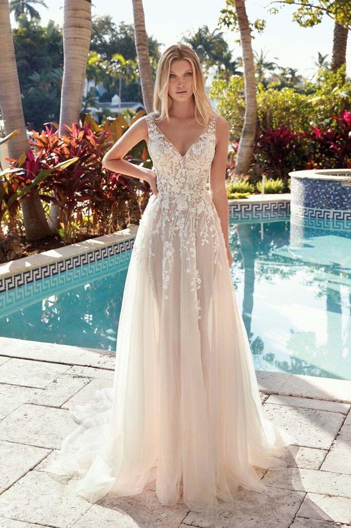 Confidence Mariage - un modèle portant une robe Demetrios de la boutique Confidence Mariage
