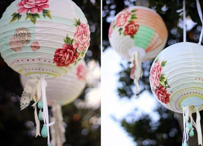 Lanterne nuziali personalizzate con stampe e nastri. Foto: Green wedding shoes