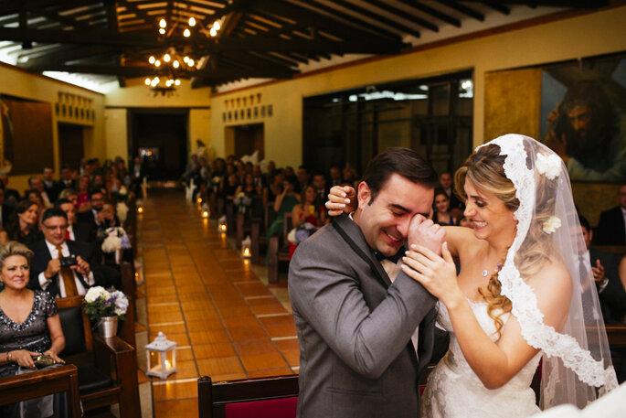 Novio llorando en la iglesia y novia sonriendo a su lado